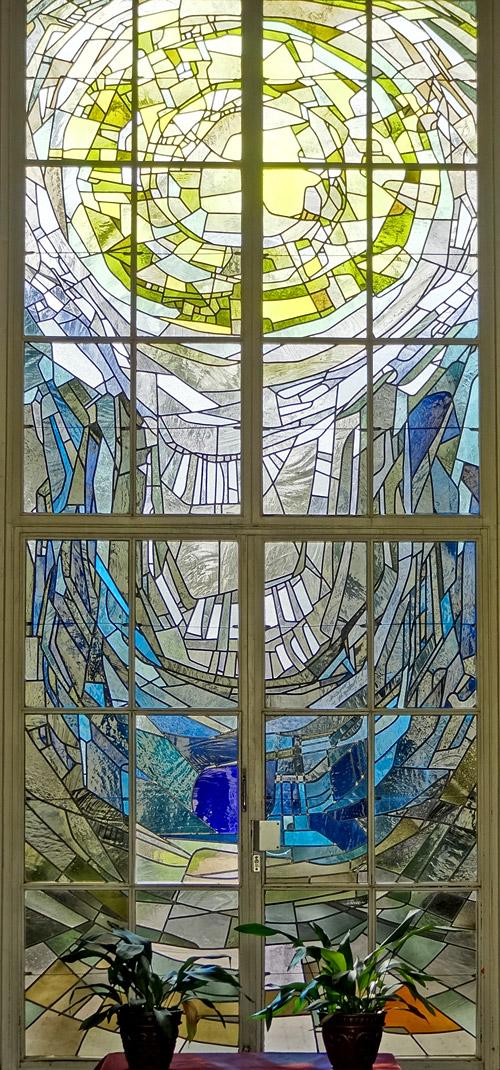 Kunstvolle Scheiben in der Kapelle