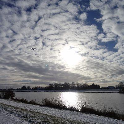 Landeanflug auf das winterliche Bremen