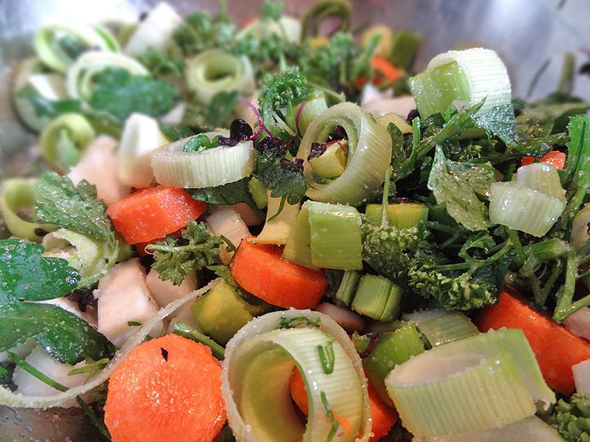 Gesalzenes Gemüse für die körnige Brühe