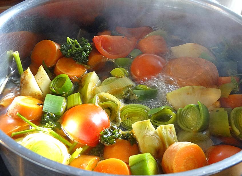 Kochendes Gemüse für die flüssige Brühe