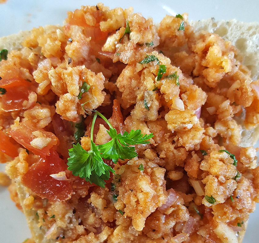 Veganes Mett oder Reiswaffel-Tomaten-Brotaufstrich