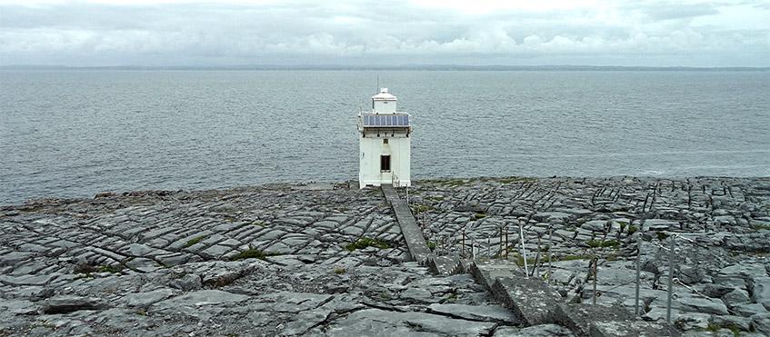 Berühmter Leuchtturm am Burren - Blick aus dem Busfenster