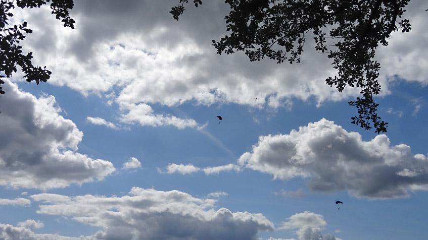 Fallschirmspringer zwischen den Wolken