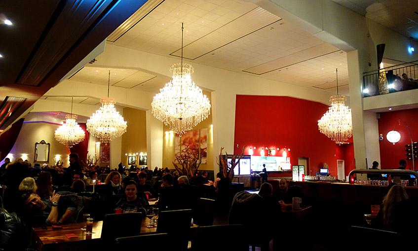 Riesiges Restaurant auf zwei Ebenen