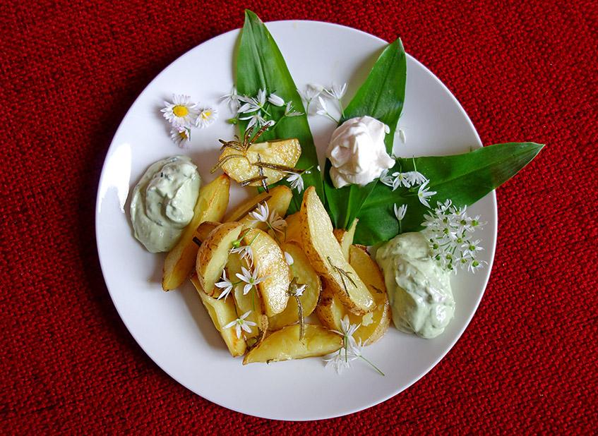 Kartoffelspalten mit Bärlauch und veganer Mayonnaise
