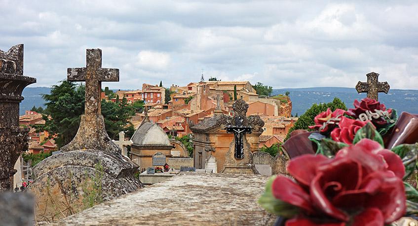 Blick vom Friedhof auf Roussillon