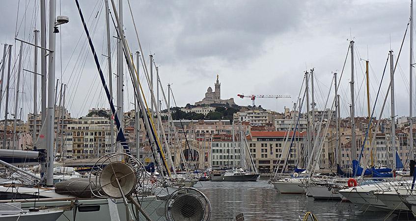 Hafen von Marseille mit Blick auf dei Kathedrale