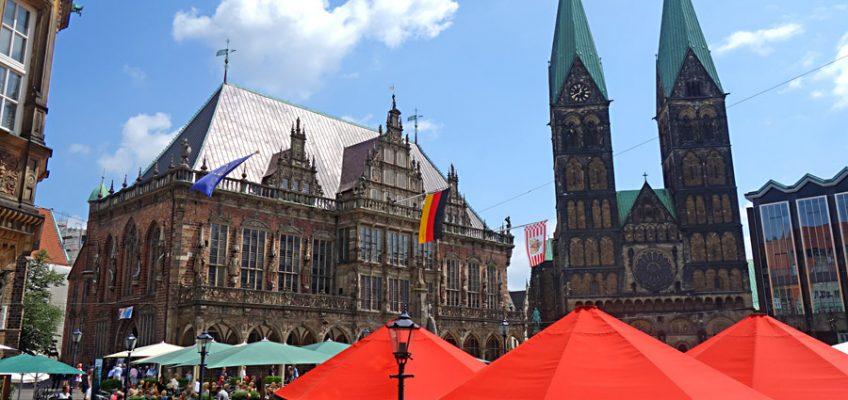 Rathaus in Bremen mit Flaggen