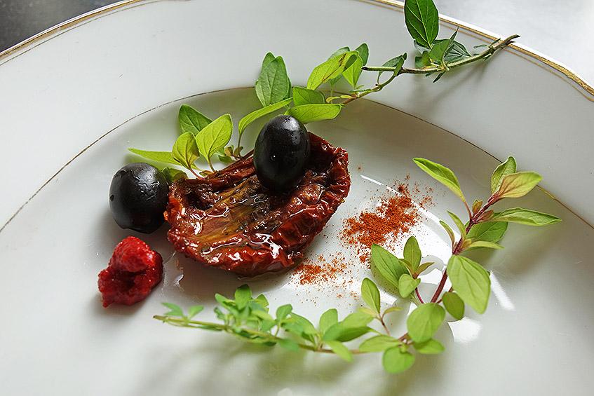 Getrocknete Tomaten, Oliven, Gold-Oregano, Tomatenmark, Salz und geräuchertes Paprikapulver