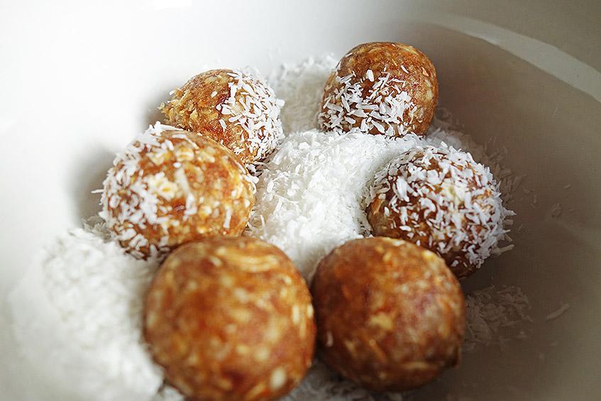 Dattel-Mandel-Flocken-Bällchen im Kokos-Bad