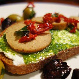 Brot mit veganer Wurst und Vogelmiere