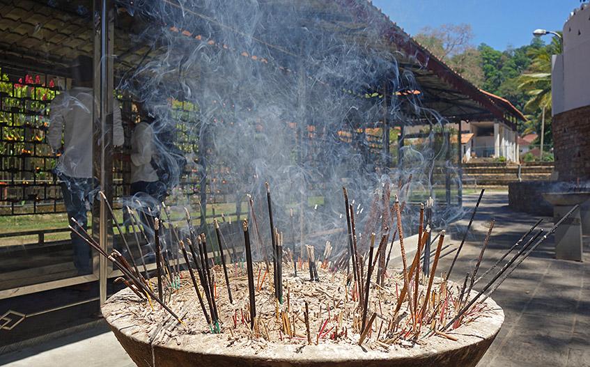 Feuer und Rauch im Zahntempel