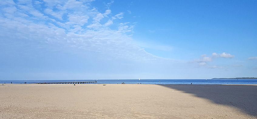 Strand mit Hochhaus-Beschattung