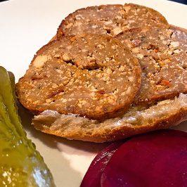 Vegane Vurst Salami-Style mit selbst fermentierter Rote Bete und selbst gekaufter Gurke