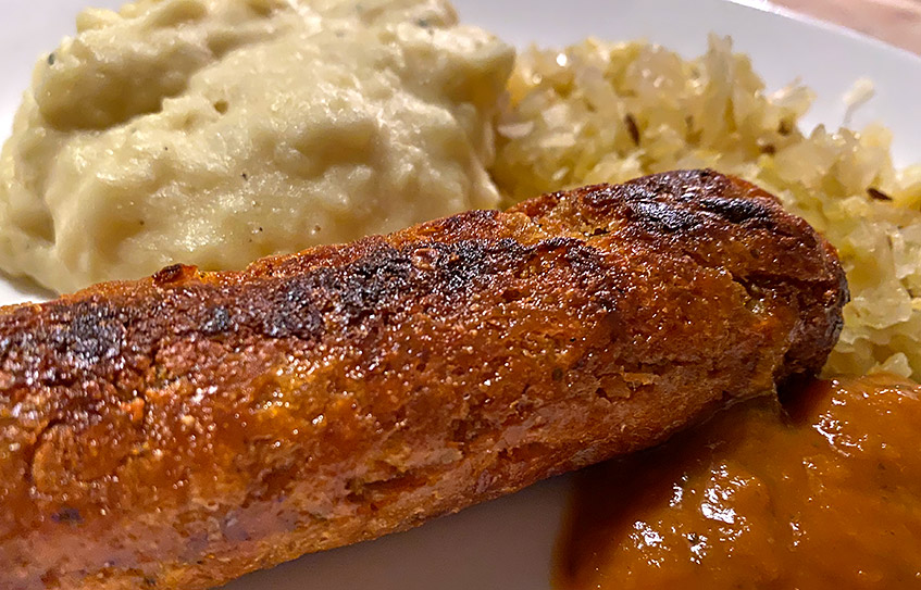 Vegane Bratvurst mit Kartoffelpüree, Sauerkraut und Rhabarber-Ketchup