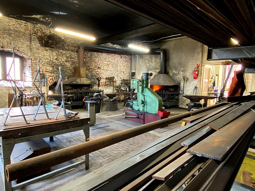 Metallfiguren schreiten durch die Werkstatt