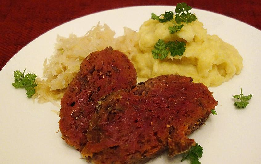 Saftiger Braten mit schlotzigem Pü und saurem Sauerkraut